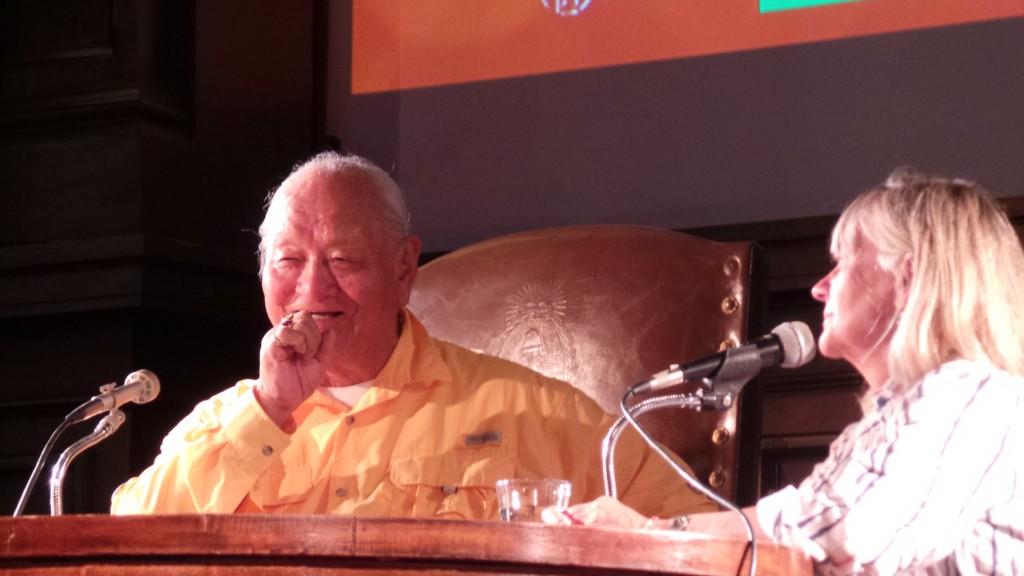 Chögyal Namkhai Norbu en una conferencia  pública en  Córdoba, Argentina