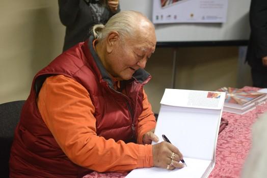 Rinpoche firmando libros. Foto: de Paolo Fassoli