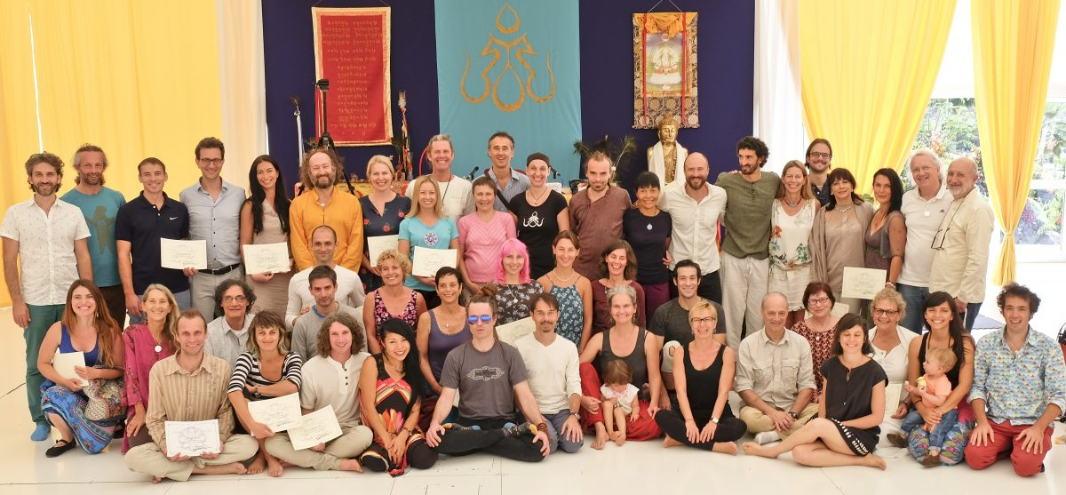 Instructores de Yantra Yoga con sus diplomas. Foto: Chris Cook