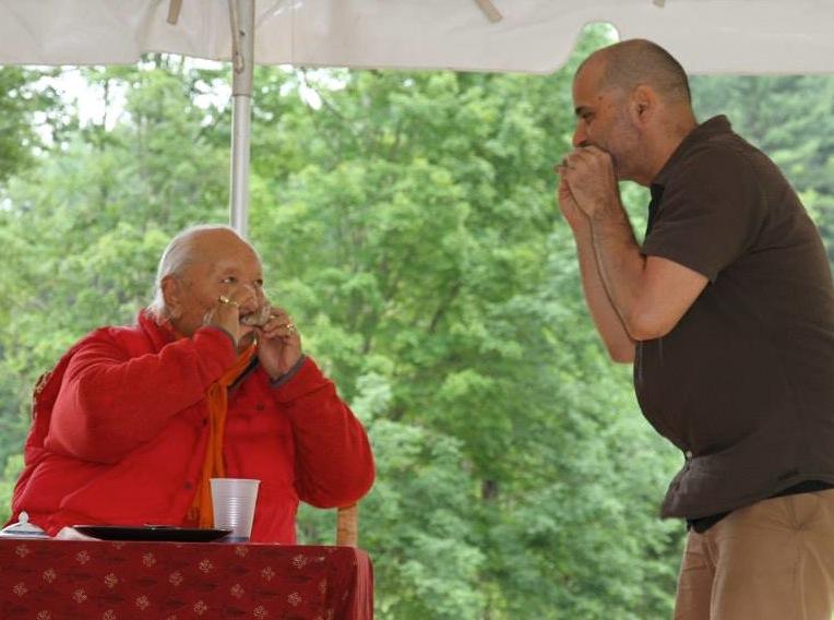 Rinpoche y Mariano tocando la flauta juntos.