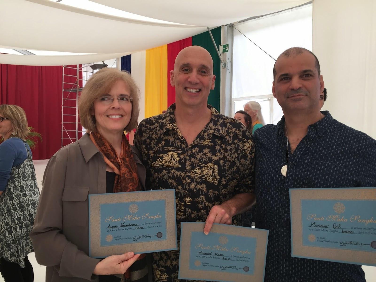Mariano (a la derecha) con Lynn Newdome (izquierda) y Michael Katz (centro) después de recibir sus diplomas de Instructores de Santi Maha Sangha en Dzamling Gar, Tenerife, España.