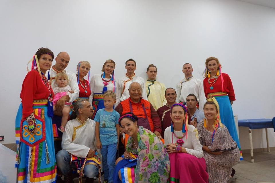 Rinpoche y los bailarines de Khaita