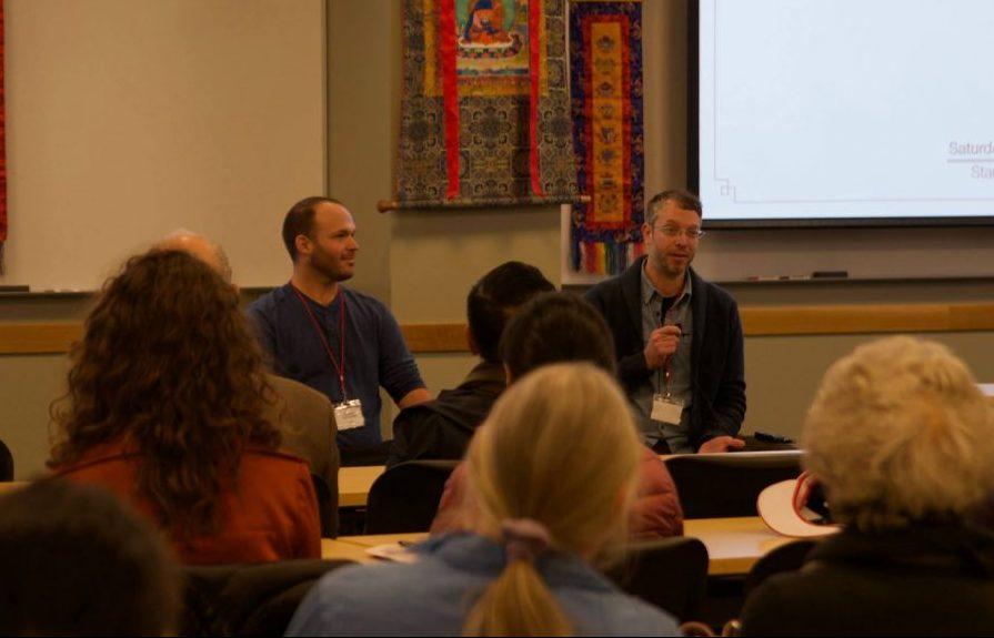 Matt Schmookler (izquierda) y Luke Karamol, presentando Yantra Yoga en la conferencia.
