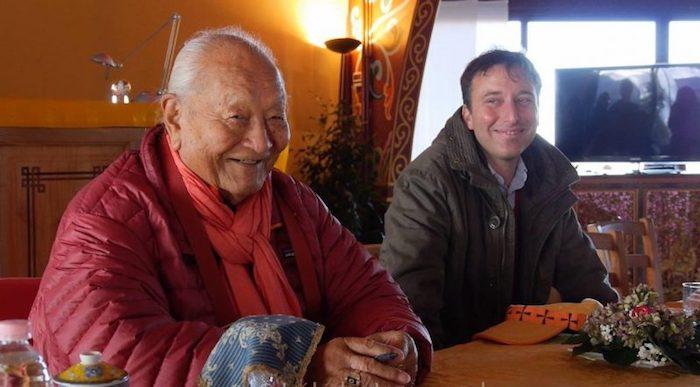 Chögyal Namkhai Norbu con el Dr Jamyang Oliphant en la presentación de SHAR RO, libro que rinde homenaje a los logros de Rinpoche, a su enseñanza y trabajos de investigación. Diciembre de 2016, en Merigar Oeste. Foto de Izabela Jaroszewska