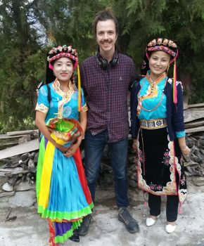 Sean con niñas en Danba