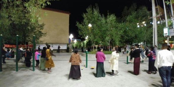 Tibetanos danzando en Ganzi