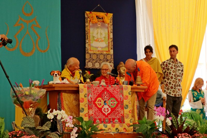 Chögyal Namkhai Norbu, Nancy Simmons, Carlos Ramos firmando el Documento Fundante en Losar. Foto: Anna Rose