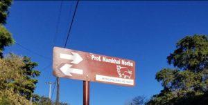 Letrero de la calle con el nombre de Prof. Namkhai Norbu